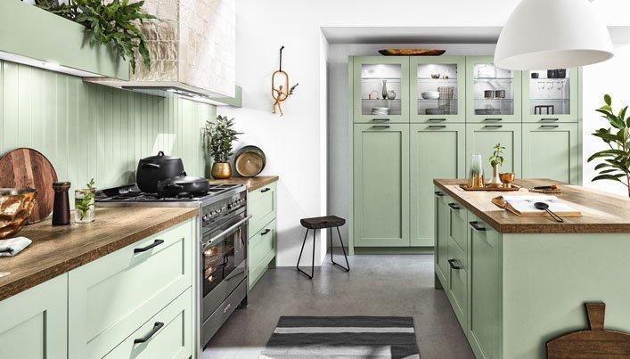 Groene landelijke keuken met hout