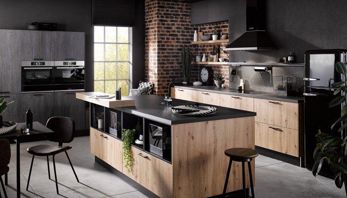Mat zwarte keuken met hout | Satink Keukens