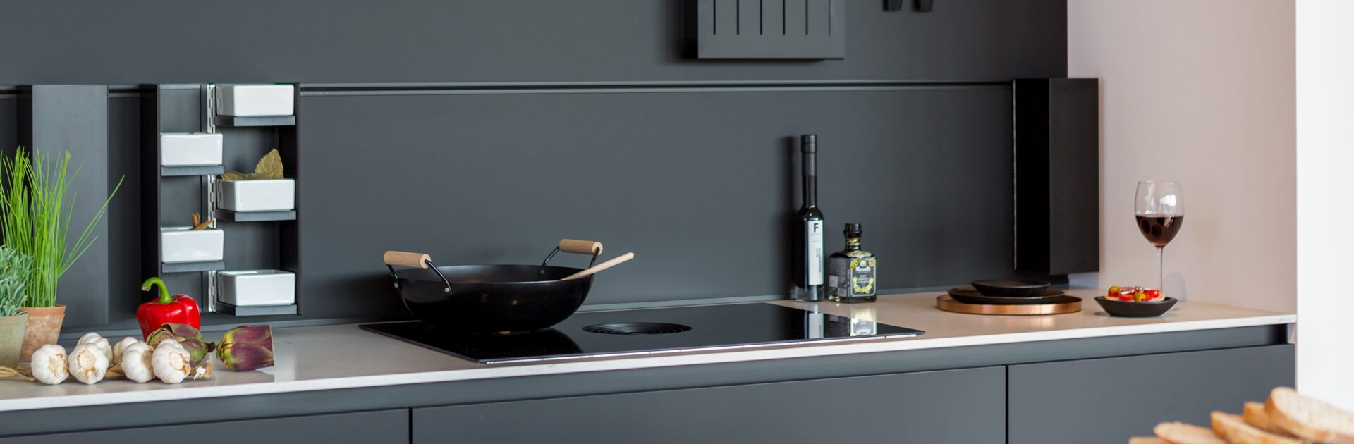 Voordelen inductie met geïntegreerd afzuigsysteem | Satink Keukens
