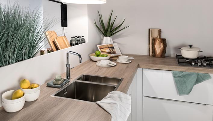 Witte houten hoekkeuken | Satink Keukens