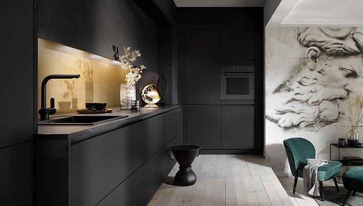 Zwarte keuken met gouden keukenwand | Satink Keukens